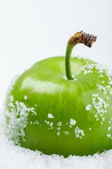 白い壁に塩辛い緑梅、クローズアップ。
