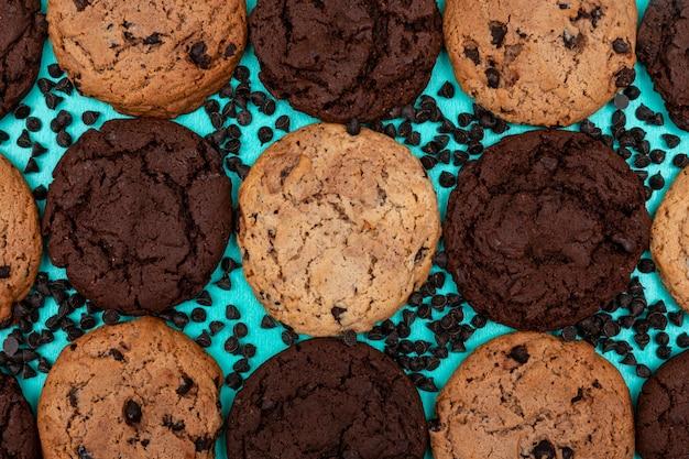 青色の表面にトップビューの異なるクッキー