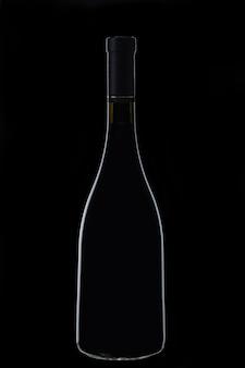 Алкогольный напиток в стеклянной бутылке в темноте