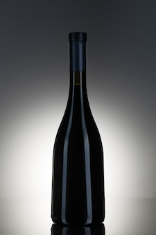 Темный алкоголь в стеклянной бутылке