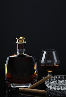 Бутылка для вина с бокалом, кальянной трубкой и пепельницей