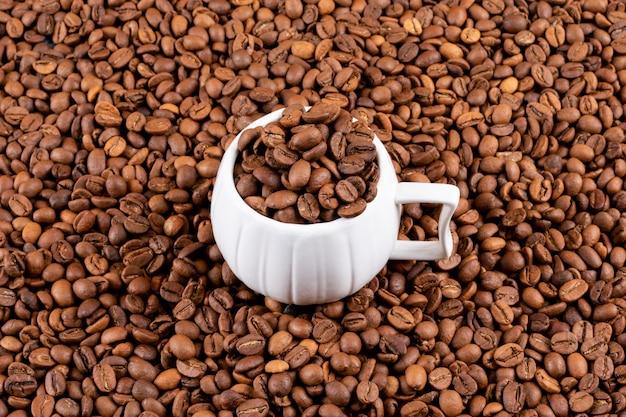 コーヒー表面にコーヒー豆とコーヒーカップ