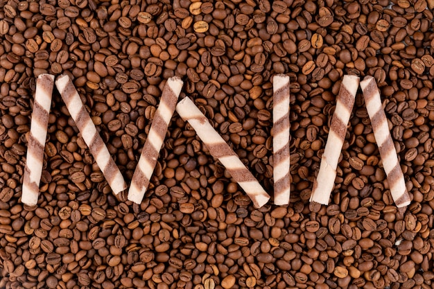 トップビューおいしいウェーハロールコーヒー豆の表面に