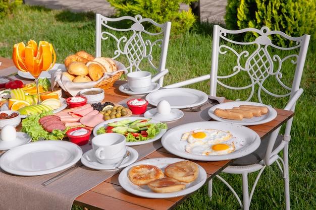 自然の高角度のビューでの朝食用のテーブル