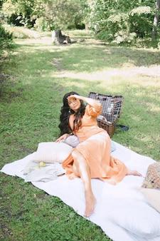 横になっていると、昼間に自然の中で探しているオレンジ色のドレスのきれいな女性。
