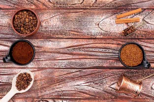 木製テーブルの上のトップビューコーヒーポットコーヒーパウダーコーヒーインスタント