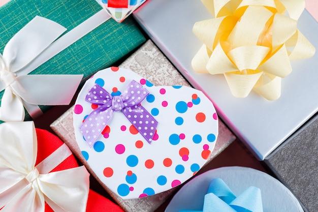 Концепция дня рождения с ассорти из подарочных коробок крупным планом.