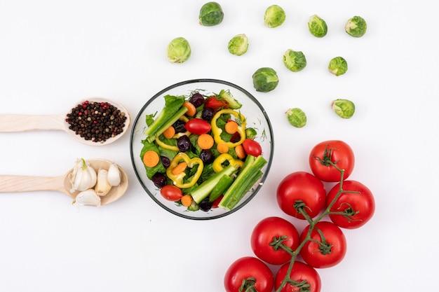 Овощной салат, смешанный на белом