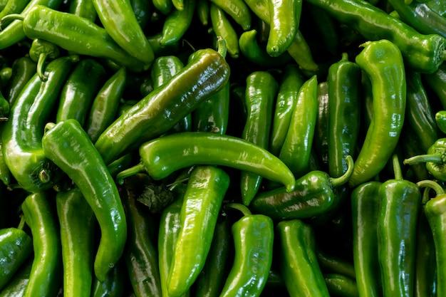 Вид сверху поверхности зеленых перцев