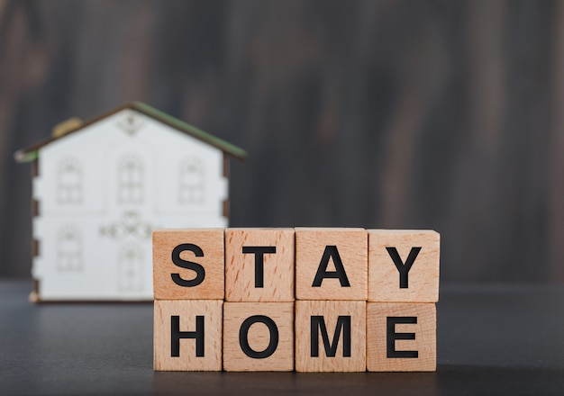 木製キューブ、家モデルグレーで家のコンセプトを維持します。