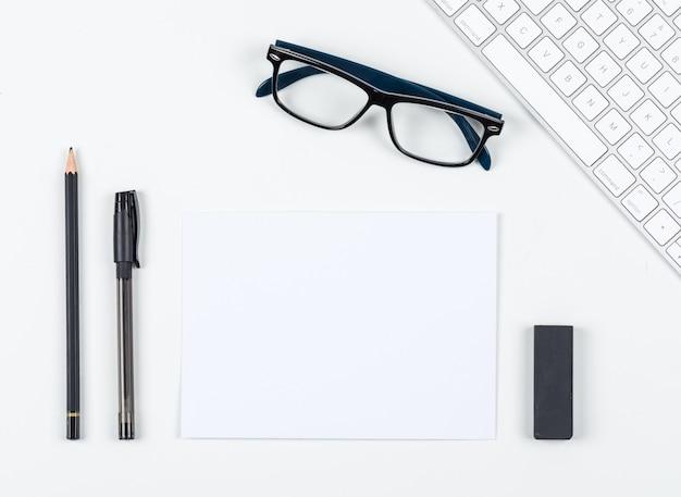 ペン、鉛筆、消しゴム、眼鏡、紙、キーボード、テキスト、トップビューの白い背景のスペースの概念を計画します。横長画像