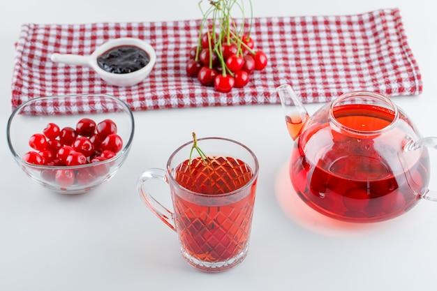 茶碗に桜、白とキッチンタオルのジャムハイアングル