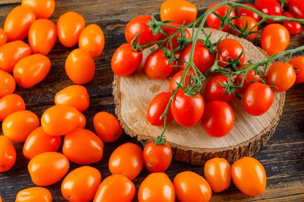 木製とまな板に散乱トマト。ハイアングル。