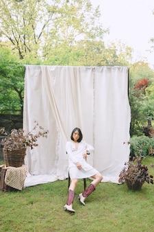 庭の椅子に座っている美しい女性。
