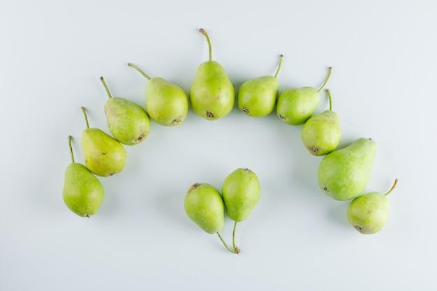 白い背景の上の緑の梨。フラット横たわっていた。