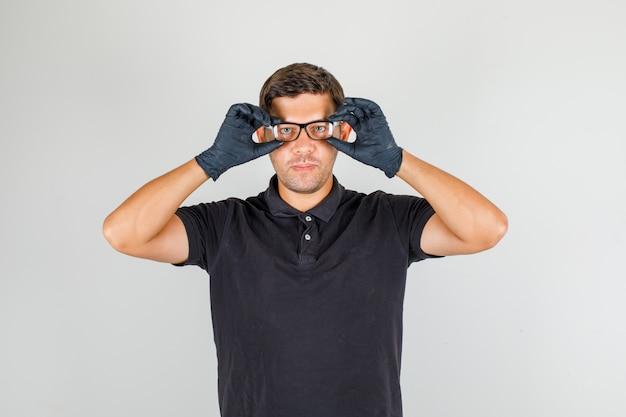 メガネをかける黒のポロシャツの男
