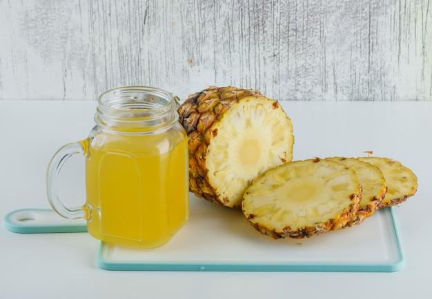 まな板の上のジュースとパイナップル