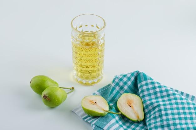 白とキッチンタオルのドリンクハイアングルと梨