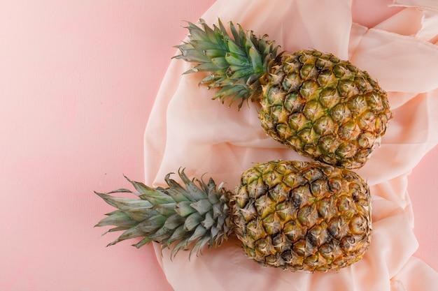 ピンクとテキスタイルの表面にパイナップル