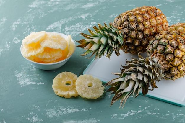 まな板に砂糖漬けのリングとパイナップル