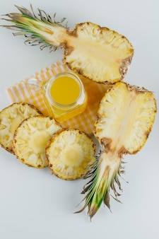 市松模様のキッチンタオルにジュースとパイナップル