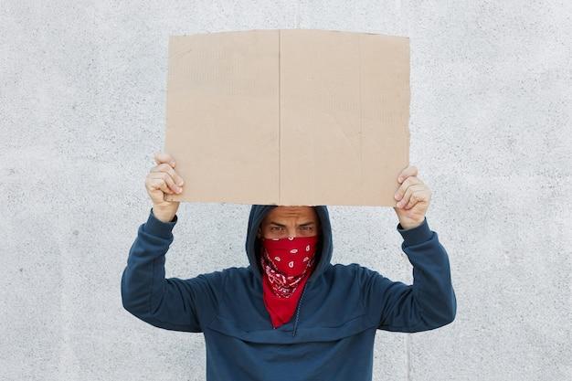 黒人の生活が重要です。抗議者の写真は碑文のためのスペースが付いているプラカードを運ぶ
