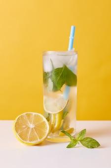 レモン、ミント、アイスキューブのレモネード