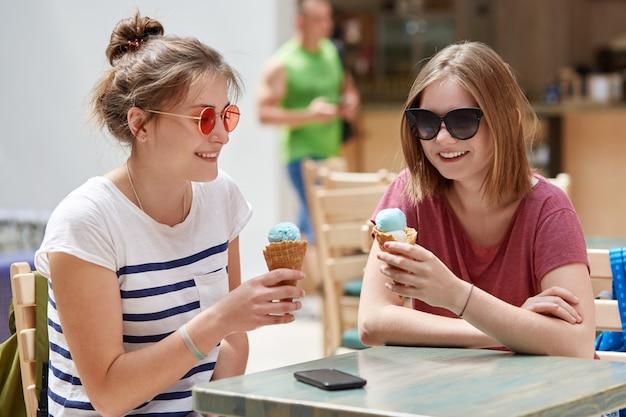 ポジティブな女性の仲間は楽しい表情を持っています