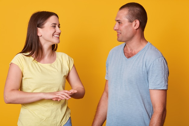 Позитив хорошо держал молодую женщину, искренне смеялся, внимательно слушал своего парня, с интересом смотрел на него