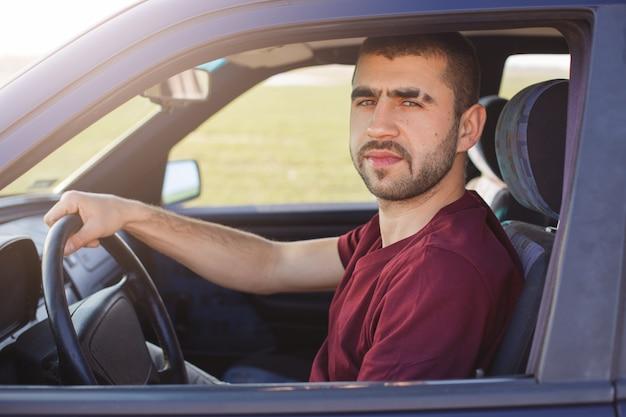 Портрет привлекательного небритого мужчины с полосой бровей