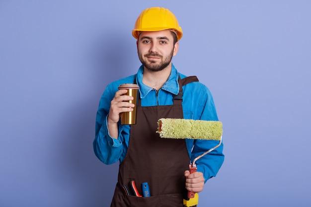 黄色いヘルメットをかぶった修理工の室内撮影