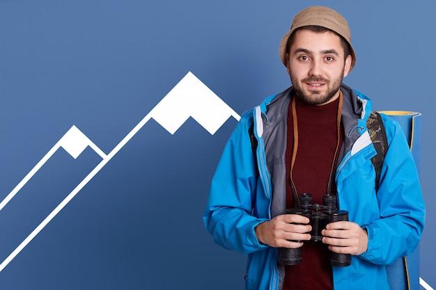 自由な時間を積極的に過ごすハンサムな男性旅行者の写真