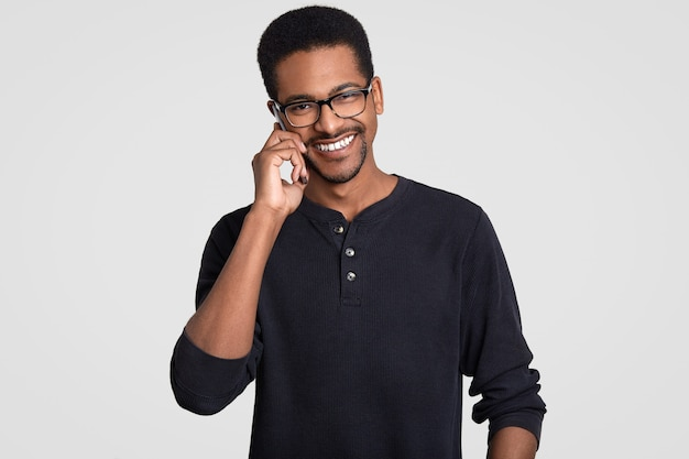 Позитивный темнокожий афроамериканец с веселым выражением лица