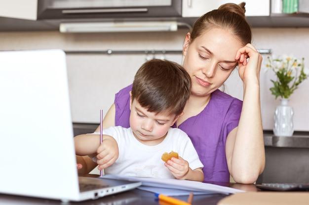 Усталость перегружена молодой женщиной-предпринимателем, вовлеченной в семейный бизнес