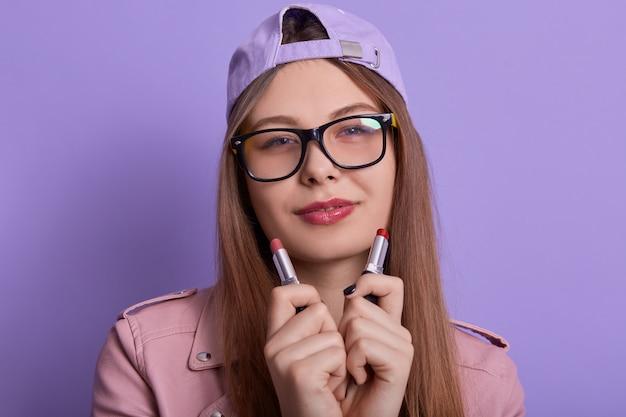 カジュアルな服、帽子、眼鏡を着ている若い美しい女性