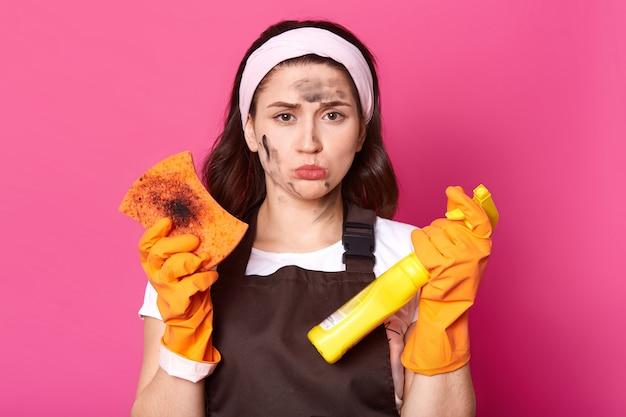 失望して疲れ果てた黒い髪の主婦は片付けするエネルギーがありません