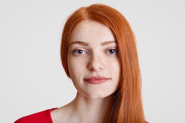 Крупным планом портрет рыжий веснушчатый самка с чистой идеальной кожей