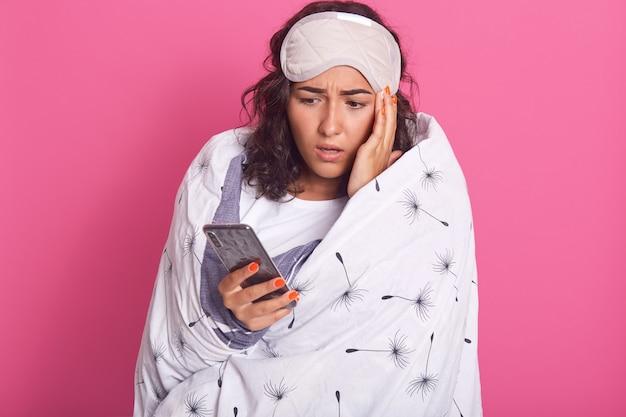 きれいな女性のイメージは白い下着を着て、タンポポで包まれた毛布