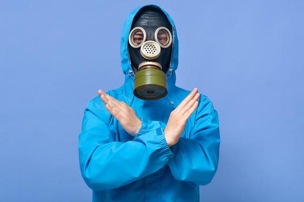 交差する手で停止ジェスチャーを示す化学者の屋内撮影