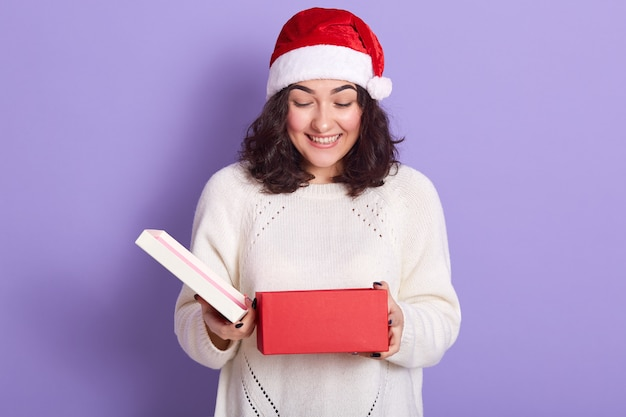 Портрет веселой милой брюнетки в ожидании рождества