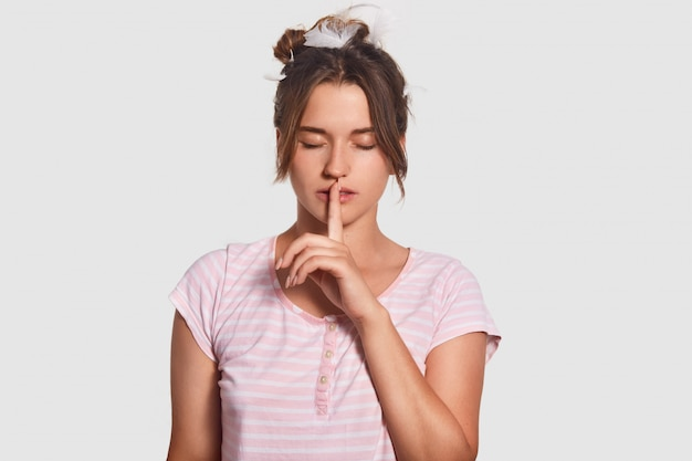 Будь потише, пожалуйста! серьезная привлекательная женщина просит не шуметь