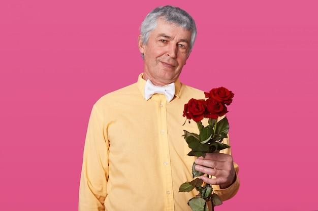 Портрет седого пожилого мужчины в желтой рубашке и белом галстуке-бабочке