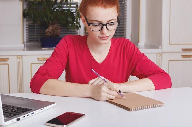 女子学生ジャーナリストのクロップショットが記事を作成