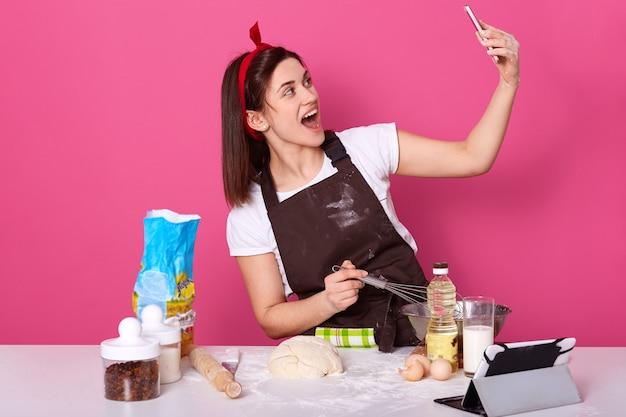 Шеф-повар готовит кондитер или пекарь в коричневом фартуке