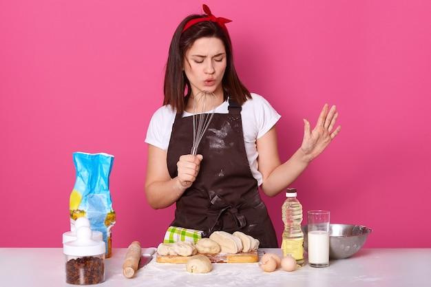 Портрет восторженного активного пекаря, закрывающего глаза