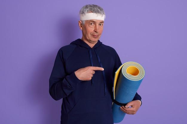 Крытый снимок пожилого человека в спортивной одежде