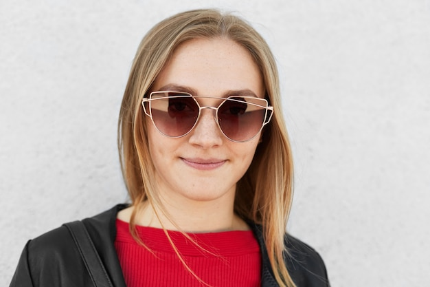 トレンディなサングラスをかけている若い女性のクローズアップ