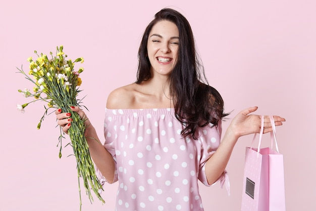Крупным планом портрет жизнерадостная женщина получает подарок на день рождения
