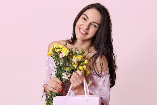 幸せな表情で肯定的な若いブルネットのヨーロッパの女性