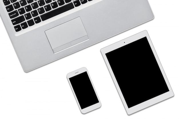 Портативный компьютер, планшет и мобильный телефон, изолированные на белом с копией пространства для вашей рекламы или рекламный текст. три современных устройства с пустыми экранами. вид сверху современных гаджетов.